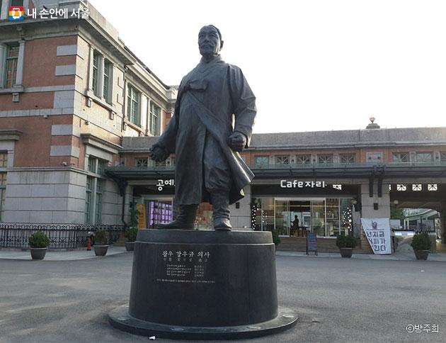 광장 앞, 사이토 마코토 총독에게 폭탄을 던진 강우규 선생 동상이 세워져 있다. ⓒ방주희