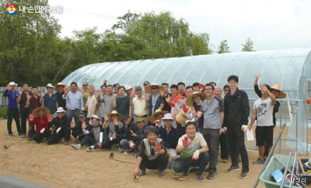 교육생들이 함께 완성한 비닐하우스와 참가자들 ⓒ이성식