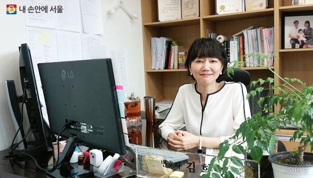 김희경 서울시 안심변호사가 사무실에서 인터뷰에 응하고 있다. ⓒ신혜연