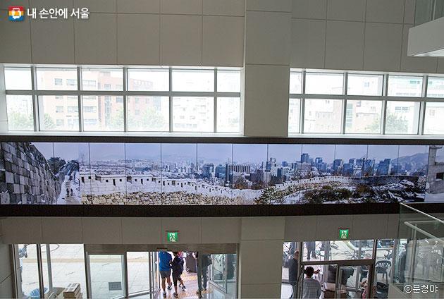 박물관 1층 로비 벽면 전체를 차지하는 대형 멀티비전 화면 ⓒ문청야