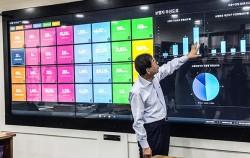 20일 오후 박원순 시장이 시청 본관에서 `디지털 시민시장실`을 시연하고 있다