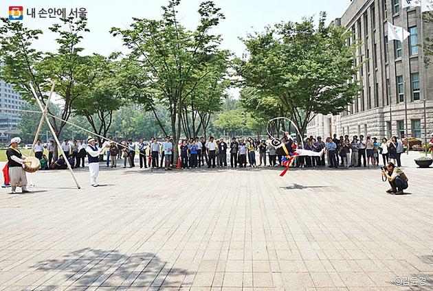무대 없이 서울광장 동쪽에서 진행되는 공연 ⓒ김윤경