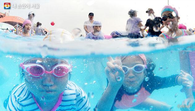 망원 수영장에서 더위를 식히고 있는 아이들 ⓒnews1