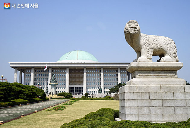 국회의사당 전면에는 화재를 막아준다는 전설의 동물 해치상이 서있다.