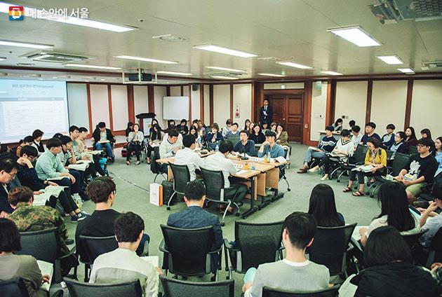 2016 제1회 서울 평생학습 대토론회에서 시민들이 열띤 토론을 하고 있다. 토론회를 통해 특정 주제에 대한 다양한 생각을 이해하고, 발전적인 방향을  모색할 수 있다