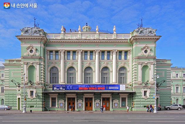 200여년 역사를 가진 러시아 상트상트페테르부르크 마린스키 제1극장. 2000년대 이후 두 차례 신축을 통해 복합공간으로 거듭났다