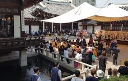 고풍스런 한옥에서 펼쳐지는 전통혼례. 하객들은 식장 주변과 식당(왼쪽)에서 전통혼례식을 지켜보고 있다. ⓒ최용수