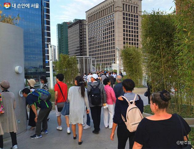 금요일 저녁시간을 즐기기 위해 산책 나온 시민들로 가득찬 서울로7017 ⓒ방주희