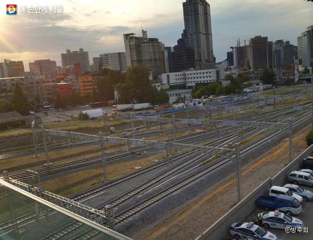 수많은 사람과 사연을 실어 나르고 있는 서울역 철길이 보인다. ⓒ방주희