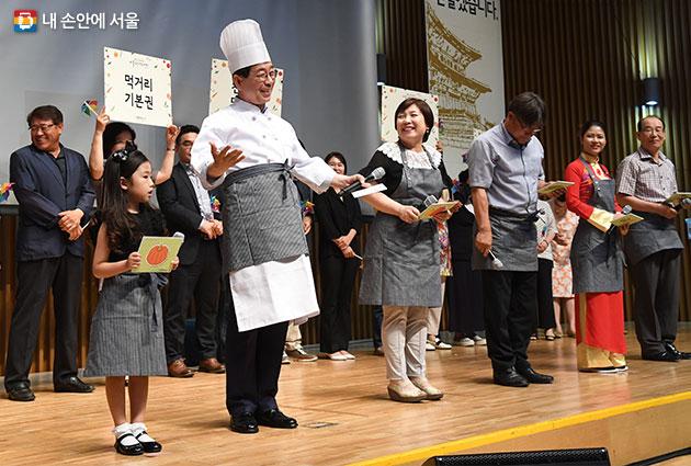 서울시는 20일 서울시민 누구나 건강하고 안전한 먹거리를 향유할 수 있는 사회적 체계를 마련하는 `서울시민 먹거리 기본권` 선언을 선포했다