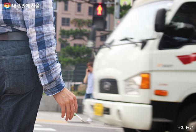 `보행 중 흡연 금지 및 금연거리 확대`의제에 대한 온라인 시민투표가 진행 중이다. ⓒ이동규