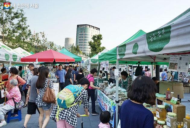 농부의 시장이 열린 만리동 광장. 시간이 갈수록 많은 시민이 방문했다. ⓒ김윤경
