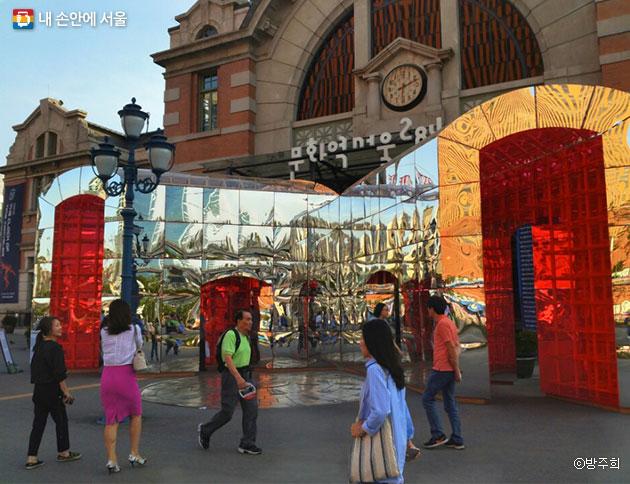 서울의 상징이 된 `문화역서울 284`에서 다양한 장르의 영화와 전시, 공연이 열리고 있다. ⓒ방주희