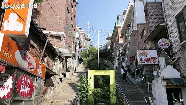 해방촌 108 하늘 계단, 일제강점기에는 신사참배를 위한 통로였다. ⓒ박분