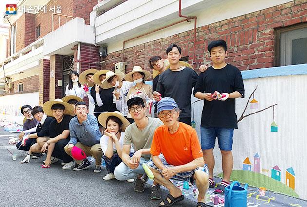 한 달간 이어진 마을주민, 대학생 봉사단체와 연계한 골목길 담장 벽화 행사