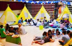 캠프에 참여한 어린이들이 텐트 앞에서 부족별 활동을 진행하고 있다. ⓒ하자센터
