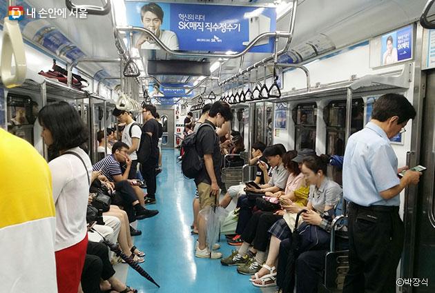 운 여름, 지하철은 `피서지`나 다름없다. ⓒ박장식