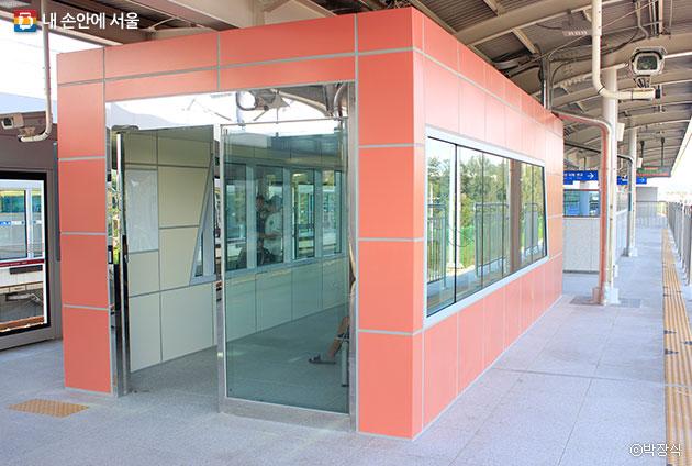 경강선의 모든 역사에는 냉?난방장치를 갖춘 승객대합실을 설치했다. ⓒ박장식