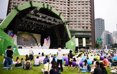 `2017 문화가 흐르는 서울광장`을 찾은 시민들 ⓒ뉴시스