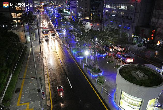 남산 육교에서 내려다 본 서울로7017 야경. 비가 내려 더욱 운치 있었다.ⓒ강선희