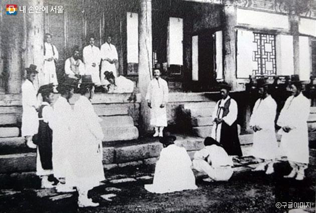 조선시대 고을 관아 모습. 수령과 아전이 서 있고 백성이 앉아 있다 ⓒ구글이미지