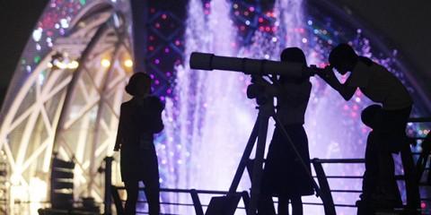 한강시민공원에서 한 시민이 천체망원경으로 별을 관찰하고 있다ⓒ뉴시스