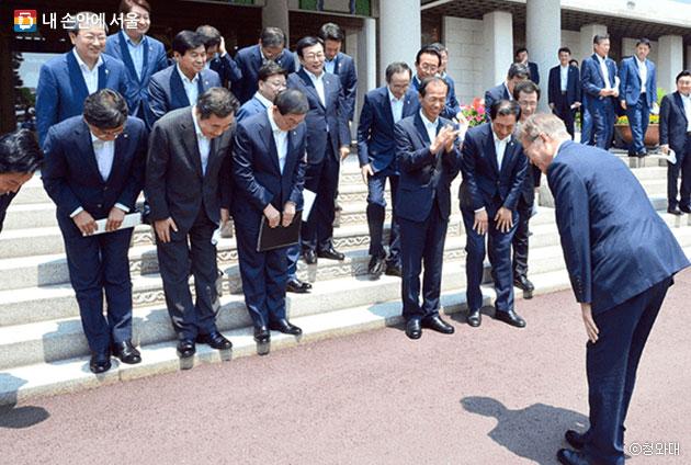 청와대에서 열린 전국시도지사간담회에서 문재인 대통령과 시장, 도지사들이 서로 인사를 하고 있다. ⓒ청와대