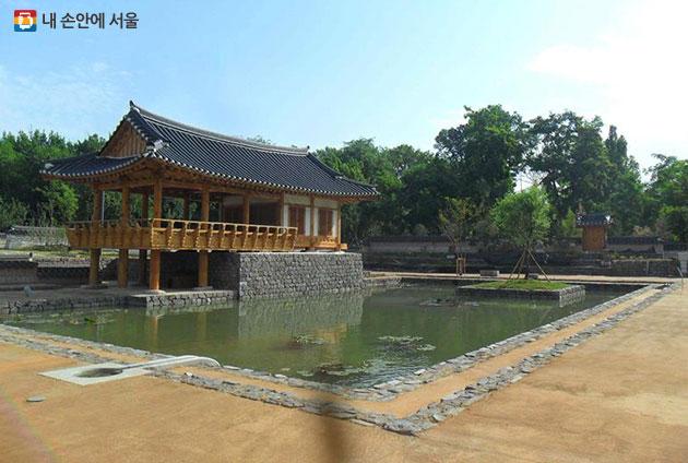 우즈베키스탄 타슈켄트 서울공원 내 서석지 및 누대 모습