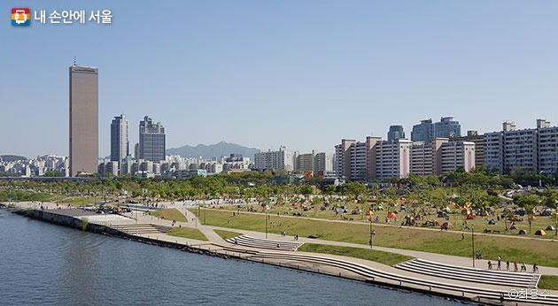 시민들로 북적이는 여의도 한강공원보다 라이딩족에겐 여의도 샛강자전거도로를 추천한다. ⓒ최용수