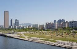 한강을 즐기러 나온 시민들로 북적이는 여의도 한강공원보다 라이딩족에겐 여의도 샛강자전거도로를 추천한다. ⓒ최용수