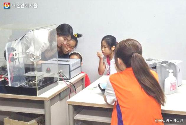 국립과천과학관 유리잔 미션임파서블 실험 모습 ⓒ국립과천과학관
