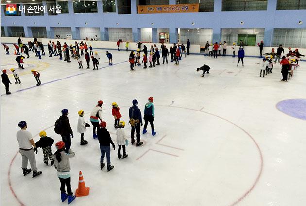 스케이트를 배우는 학생들