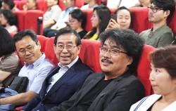 11일 시민들과 함께 영화 `옥자` 관람 행사에 참석한 박원순 시장(사진 앞 왼쪽에서 두 번째)과 봉준호 감독(앞 왼쪽에서 세 번째)