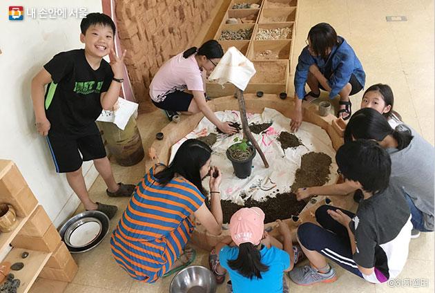 흙의 다양함을 관찰하고 경험하면서 생태감수성을 기르는 `흙부족` 어린이들의 활동모습ⓒ하자센터