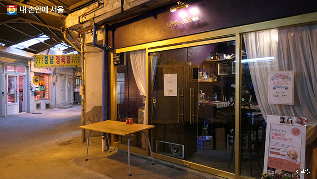 해방촌 신흥시장 내 정육점과 카페, 과거와 현재가 조화를 이루고 있다. ⓒ박분