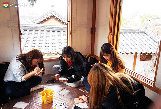 북촌문화센터에선 다양한 전통공예 만들기 체험을 할 수 있다.