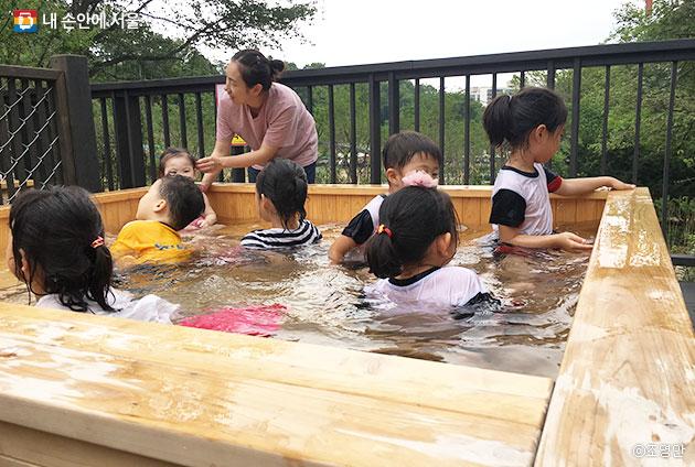 아이들만 이용 가능한 야외 스파. ⓒ조영안