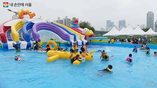 어린이물놀이장에서 다양한 물놀이 기구를 타는 아이들 ⓒ박분