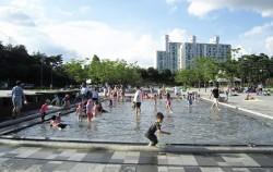 아트센터 앞 물놀이장에서 물놀이를 즐기는 아이들을 볼 수 있다 ⓒ박은영
