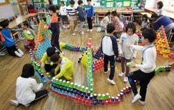 어린이 예술가교사가 초등학교 수학 교과내용을 시각예술활동과 결합하여 표현하는 수업을 진행하고 있다