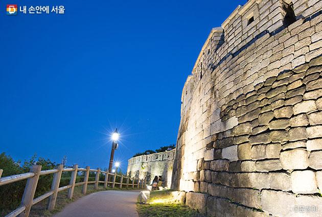 서울의 몽마르뜨라 불리는 낙산공원에 한양도성이 길게 뻗어 있다. ⓒ문청야