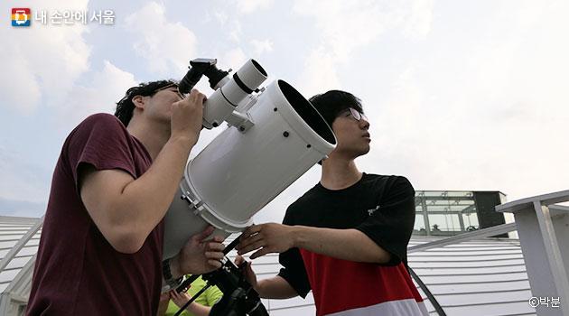 시민들을 도와 천체관측을 돕는 한강별지기 ⓒ박분
