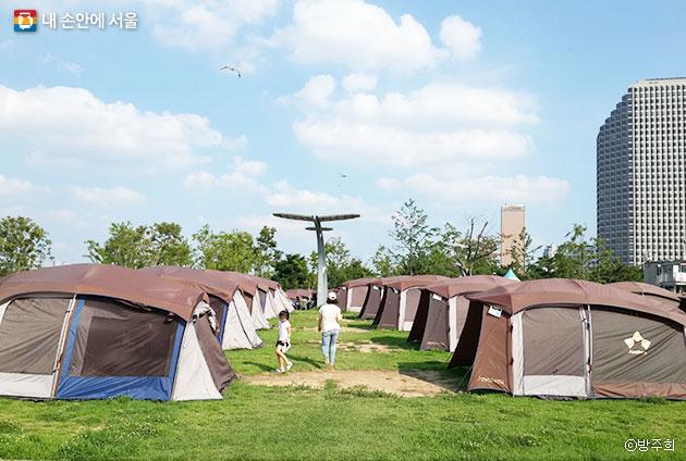 도시 속에서 펼쳐진 여름 한강 캠핑장 ⓒ방주희