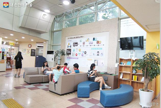 성북구 아리랑정보도서관 1층에서 휴식을 취하고 있는 주민들 ⓒ박은영