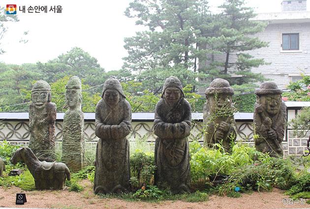 옛 돌조각에 담긴 애환과 예술적 가치를 발견할 수 있는 우리옛돌박물관 야외정원ⓒ김수정
