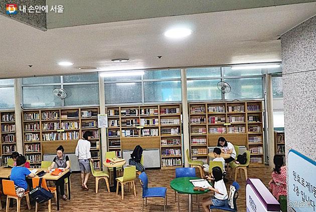 원효로제1동 주민센터 2층은 주민을 위한 휴식공간과 도서관을 갖췄다. ⓒ김윤경