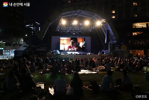 서울광장이 야외극장으로 변신한 `밤샘영화제` 모습 ⓒ변경희