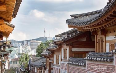 북촌 한옥마을에서 바라본 서울N타워 ⓒ문청야