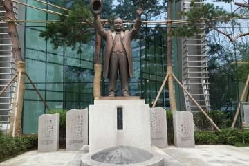 해공 신익희선생 동상