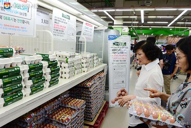 살충제 계란 사건 이후, 소비자들이 마트에서 계란 구매에 앞서 `합격판정` 여부를 꼼꼼히 살펴보고 있다ⓒ뉴시스